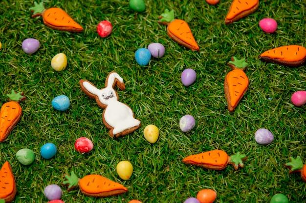 Пасхальные конфеты и печенье на зеленой траве