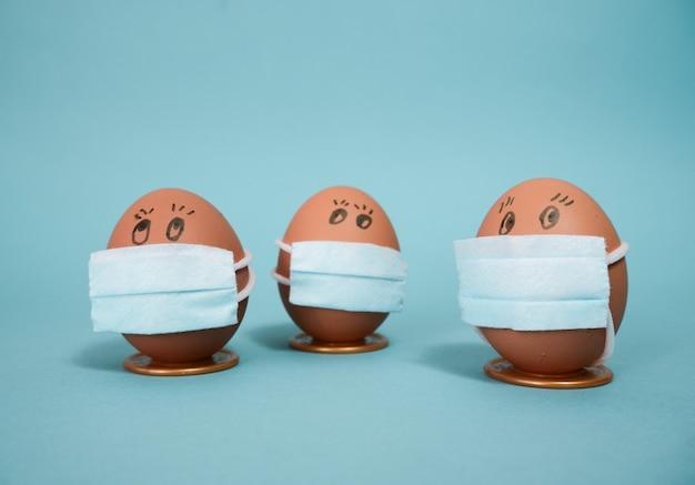 의료 마스크에 부활절 닭고기 달걀입니다. 격리로 인한 부활절 2021 개념