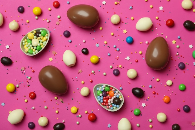 イースターチョコレートの卵、キャンディー、ピンクに振りかける