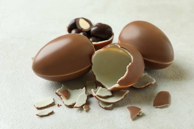 흰색 나무 테이블에 부활절 초콜릿 달걀
