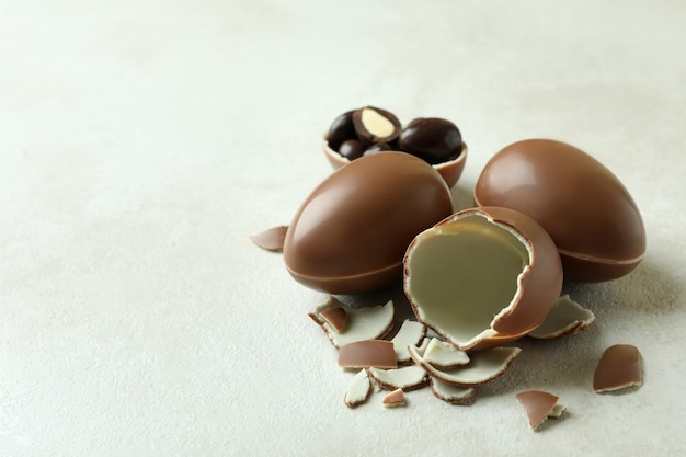 흰 나무 벽에 부활절 초콜릿 달걀