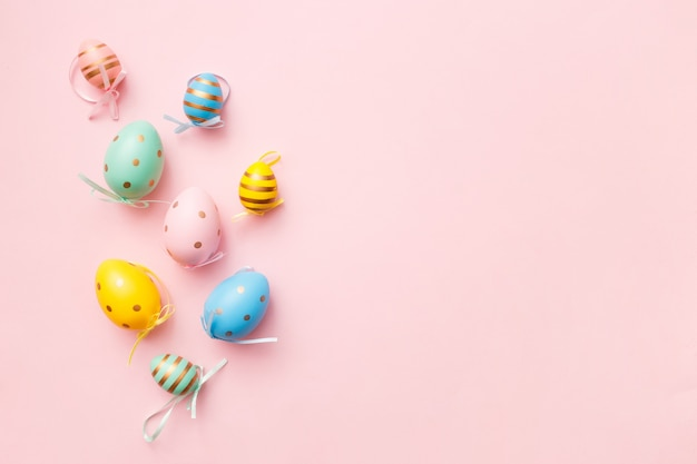 Пасхальные яйца на розовом фоне пастельных. счастливой пасхи поздравительной открытки минимальная концепция. вид сверху, плоская планировка
