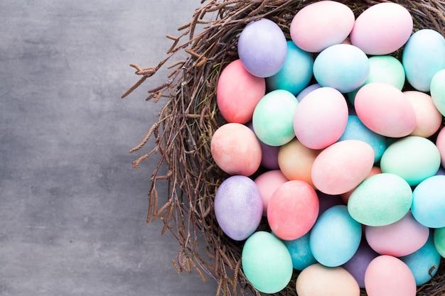 부활절 색 빈티지 배경에 계란.