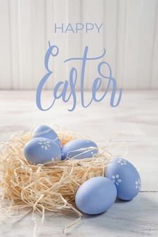 木製の背景、あなたの装飾のための休日の背景にイースターカラフルな卵。卵狩り、「ハッピーイースター」のレタリング