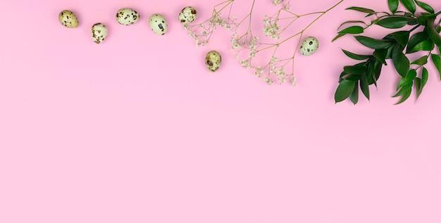 부활절 구성. 부활절 달걀, 꽃, 분홍색 배경에 빈 종이.