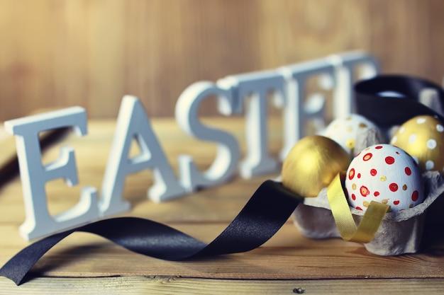 Пасхальная композиция цветок и яйца на деревянных фоне