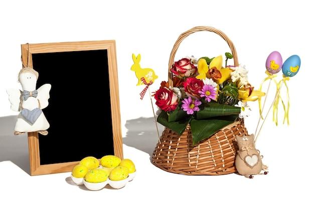 卵ウサギの花のサインとギフトの白い背景の上のイースターの構成