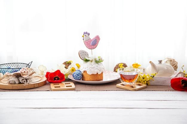 케이크, 차, 꽃과 부활절 구성입니다. 축제 티 파티의 개념.