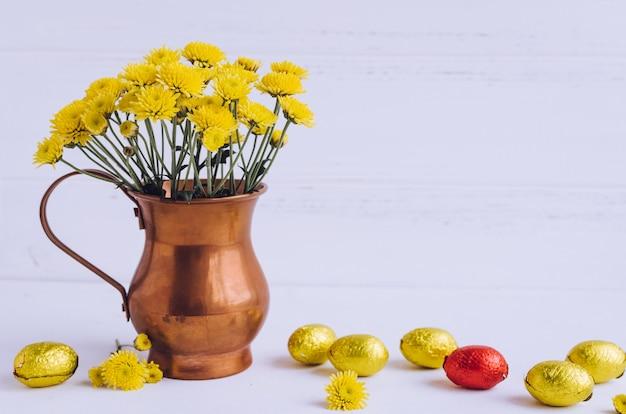 チョコレートの卵と花のイースター組成