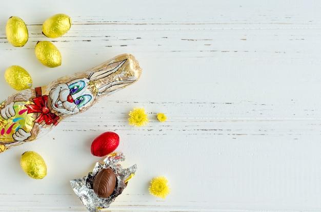 チョコレートのウサギと卵のイースター組成