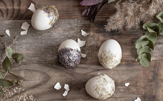木製の表面のコピースペースに装飾的な卵とイースターの構成。
