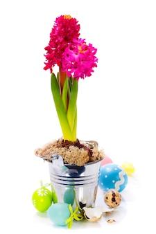 Пасхальная композиция с яйцами и весенними цветами
