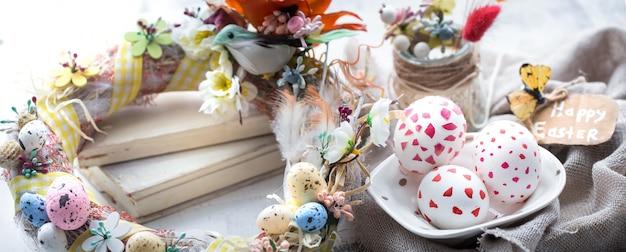 Пасхальная композиция с яйцами, книгами и цветами
