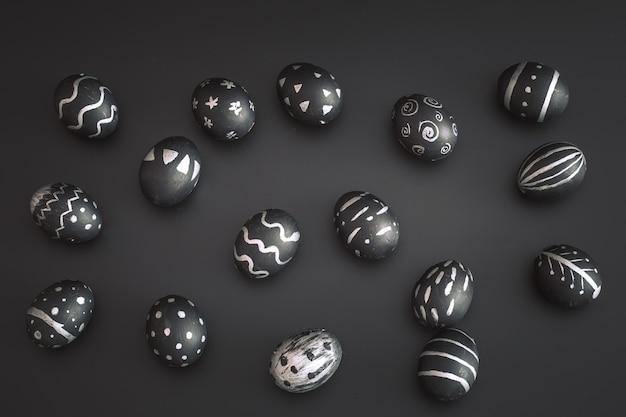 La composizione in pasqua con le uova ha posto su una tabella nera