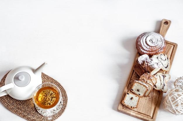 신선한 파이, 차 한잔과 부활절 쿠키 절연 부활절 구성. 휴일 티 파티 개념.