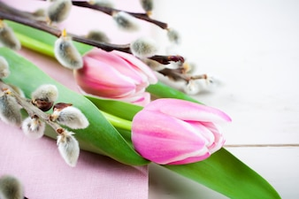 Пасхальная композиция с розовыми тюльпанами