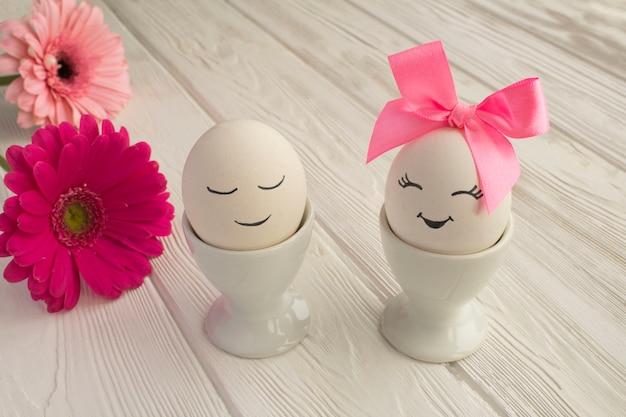 Пасхальная композиция с белыми яйцами в белых подставках