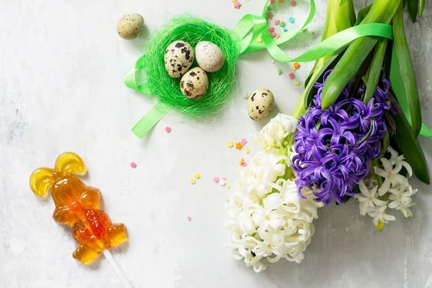 부활절 개념 돌에 봄 히아신스 꽃과 부활절 장식의 꽃다발