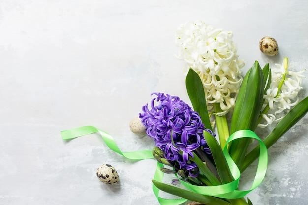 イースターコンセプト石の背景またはコピースペースのあるスレートに春のヒヤシンスの花の花束