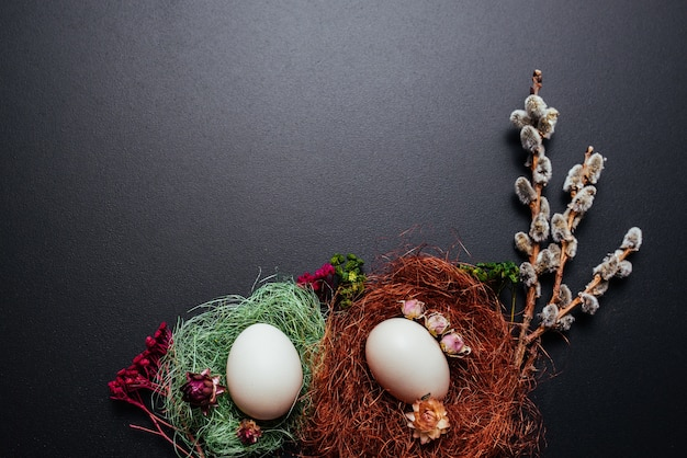 Пасха концепции, яйца, ветви киски ивы на черном фоне.