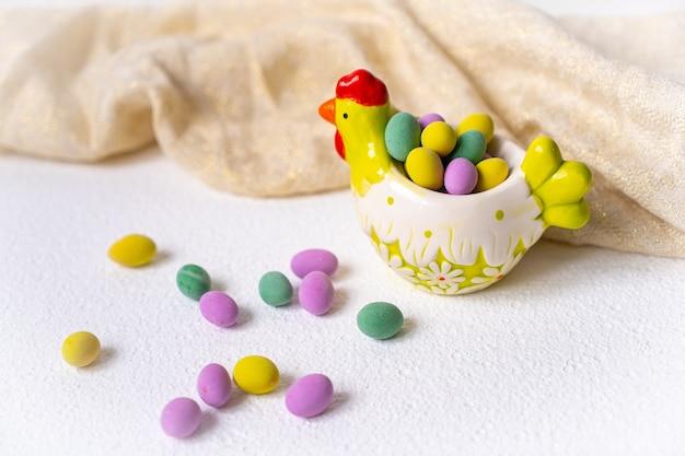 イースターのコンセプト。白い背景の上の小さなプレート鶏のミニ卵。