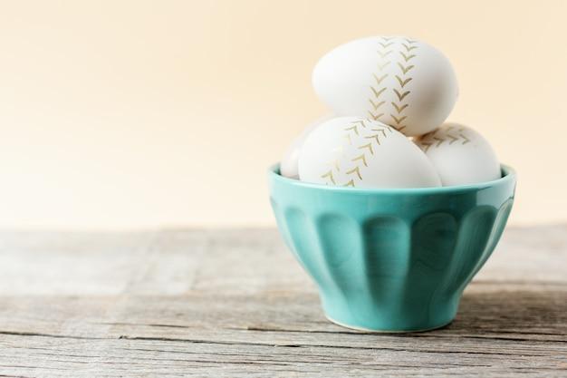 그릇에 그려진 계란 부활절 개념
