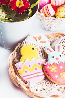 Пасхальное печенье и декоративные яйца. пасхальный декор