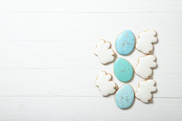 Печенья пасхи в плите на конкретной предпосылке. пасхальные кролики. место для текста. вид сверху. место для текста.