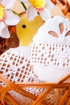 Пасхальное печенье в корзине на желтом фоне. пасхальный декор