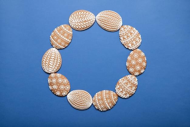 Пасхальное печенье на тарелку на синем фоне. место для текста. вид кадра