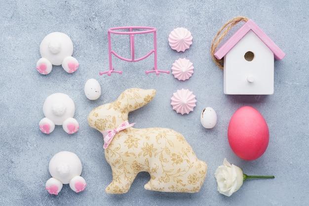 イースターの創造的な装飾のレイアウト。ピンク色。フラットレイ。
