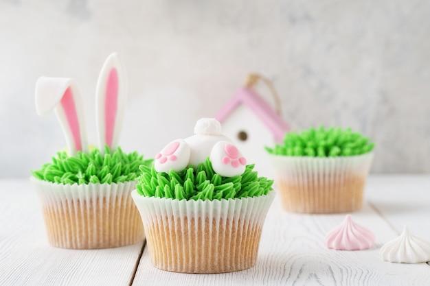 デザート用のバニーバットと耳で飾られたイースターカップケーキ。