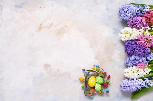 イースターの装飾とヒヤシンスの花の花束フラットレイ。コピースペース、上面図。イースターのお祝い