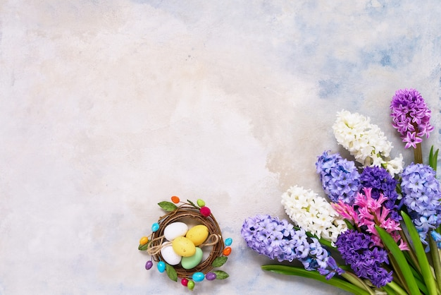 イースターの装飾とヒヤシンスの花のフラットレイ。コピースペース、上面図。イースターのお祝いのコンセプト。