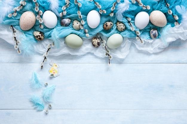Пасхальные украшения и натуральные яйца и киска ивы. вид сверху