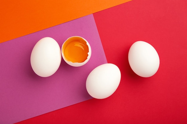 Пасхальные украшения белые яйца на цветной стене. концепция пасхи.