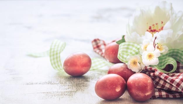 バスケットと花と赤い卵のイースター装飾