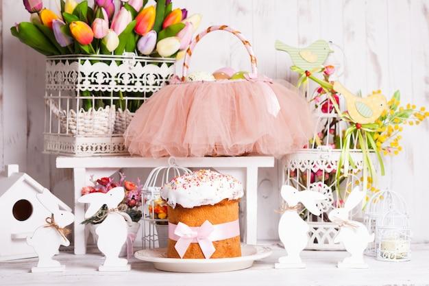 부활절 장식 - 봄 꽃, 토끼, 케이크 및 투투 바구니