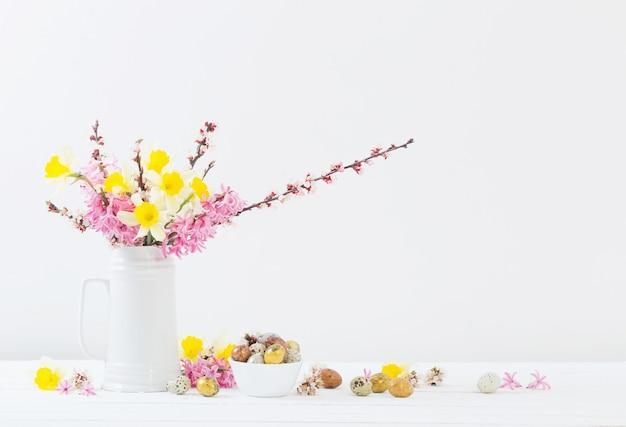 Пасхальные украшения с яйцами и цветами