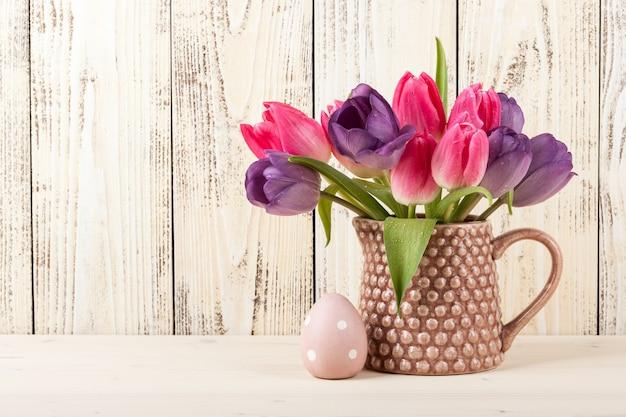 Пасхальное яйцо и свежие тюльпаны