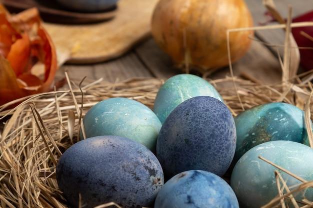 홈 개념에서 색칠 부활절 달걀
