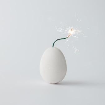 Концепция бомбы взрывателя пасхального яйца. минимальная концепция праздника.