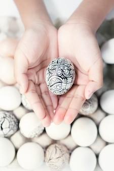 Пасхальное яйцо в руках ребенка