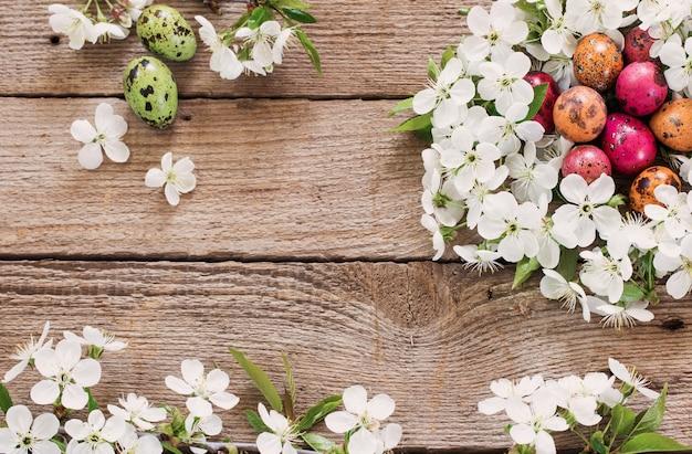 흰 꽃에서 부활절 달걀 둥지