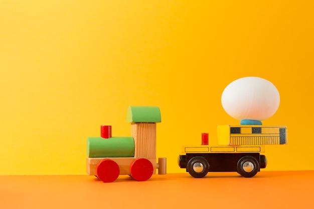 텍스트 복사 공간 나무 장난감 기차에 이스터에 그. 빈티지 컬러 부활절 개념 배경 톤.