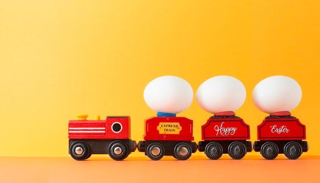 나무로되는 장난감 기차에 이스터에 그