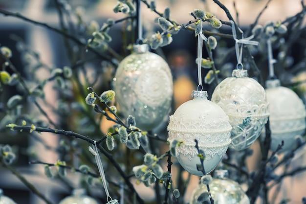 Игрушки-пасхальные яйца висят на лапке