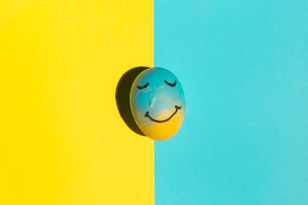 テーブルの上の塗装の笑顔とイースターエッグ
