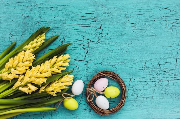 Пасхальные яйца и букет желтых гиацинтов пасхальная композиция. вид сверху, копировать пространство