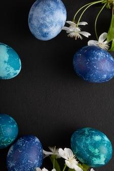 Пасхальные яйца и цветение вишни крупным планом на черном